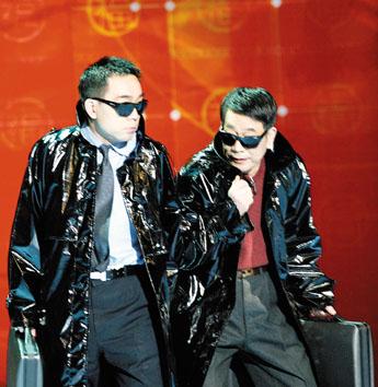 杨少华、杨义父子在今年春节晚会上表演的化装相声《贺岁片》.-杨