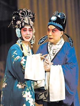 著名京剧表演艺术家叶少兰(右)与王蓉蓉的表演声情并茂,催人泪下.图片
