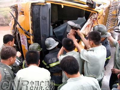 新疆喀什客车坠河事故已造成15人死亡(图)-喀什