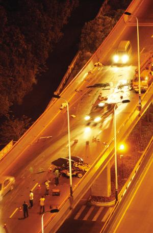特别关注 日产天籁车祸中断为两截 事件高清图片
