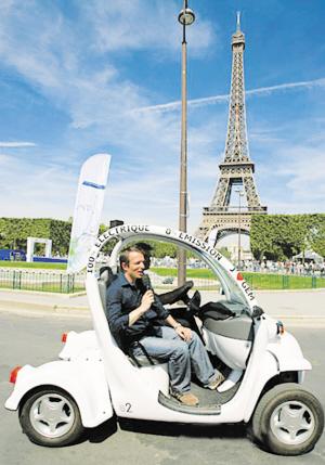 """法国埃菲尔铁塔下的""""绿色汽车展""""(组图)"""