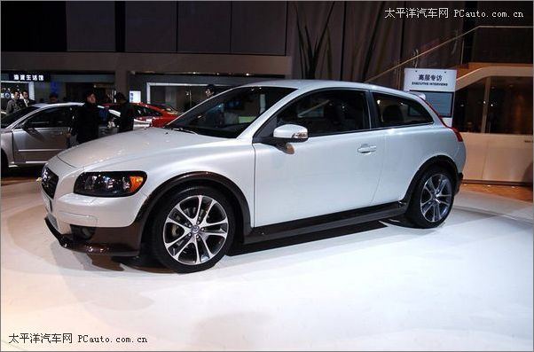国产.作为第一款在中国生产的沃尔沃汽车,沃尔沃s40豪华轿车高清图片