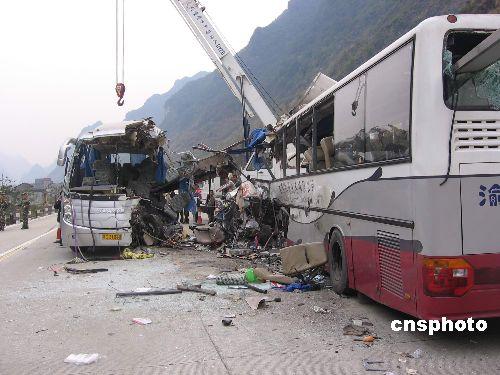 贵州籍大客车撞上了迎面而来的重庆籍大客车,车祸现场-春运首日广