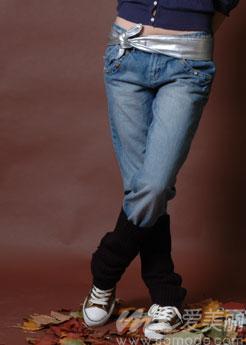 搭配/牛仔裤的布料较厚所以更加适合搭配厚重的毛线袜套。