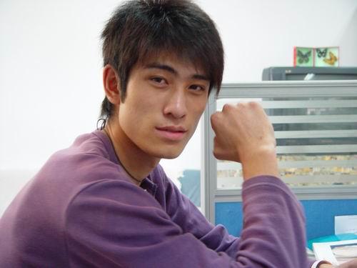 张鑫/身为健身教练的张鑫有着时尚的外形,今年22岁,身高1米86,...