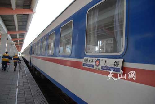 上海至乌鲁木齐的火车停在哈密火车站