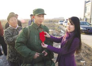 汉沽新兵踏上军旅情趣(图)-汉沽工具菊花的征程图片