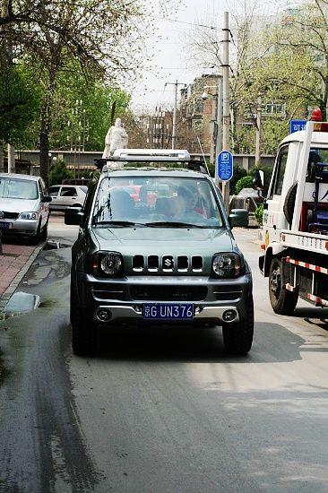 旭驾驶的改装款铃木吉姆尼越野车高清图片