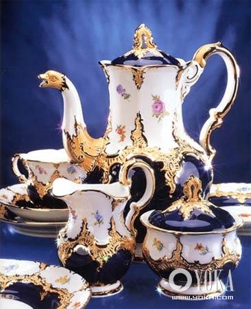 """底色为""""meissen梅森""""独家密制的""""royal blue国王蓝"""",以华丽的手工描金"""