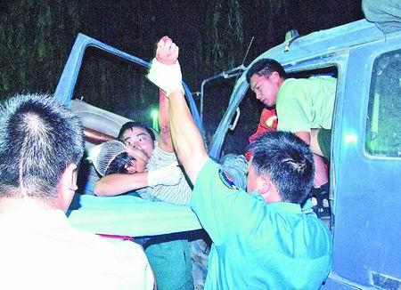标志 福州/消防官兵将少年救出驾驶室