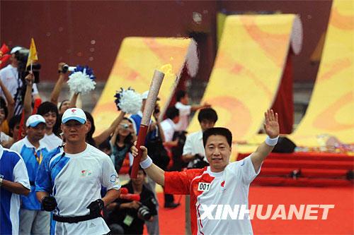 8月6日,第一棒火炬手杨利伟高举火炬从故宫午门广场起跑。当日,北京奥运圣火在北京市传递。 新华社记者罗晓光摄