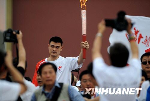 8月6日,火炬手姚明手持火炬传递。 新华社记者李尕摄