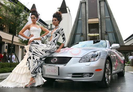 车镶饰达三十多万颗水晶,价值超过千万台币lexus sc430水晶车高清图片