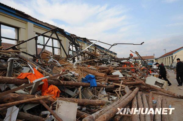 河北廊坊服装厂车间坍塌致10死15伤 组图图片