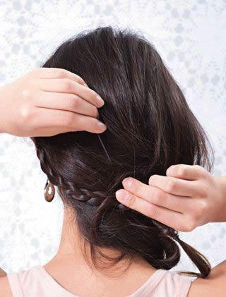步骤: 造型技巧:打理这款发型的时候注意发梢处的辫子一定要蓬松,编