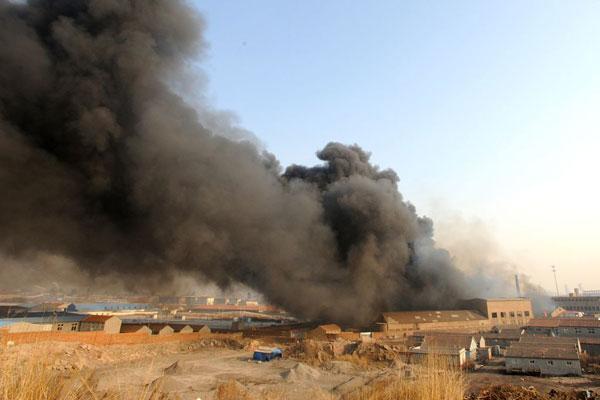 2010年3月26日下午,青岛李沧区双埠附近的奥润特都市工业园内传来阵阵爆炸声,两个仓库立即陷入火海。图为仓库中传出的阵阵浓烟。