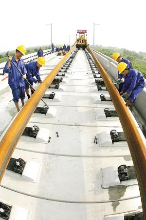 京沪高铁天津段铺轨 从线下工程转入到轨道施工