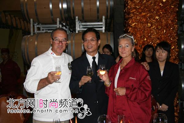 王朝酒业集团董事长白智生与法国名厨合影