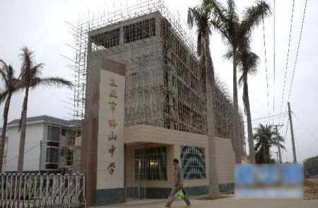 月15日拍摄的三亚市梅山中学,后面的高楼即为教师集资修建.-三亚图片