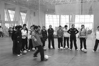 下午(1日),湖北大学女子五人制足球队在该校成立,这也是我国首图片