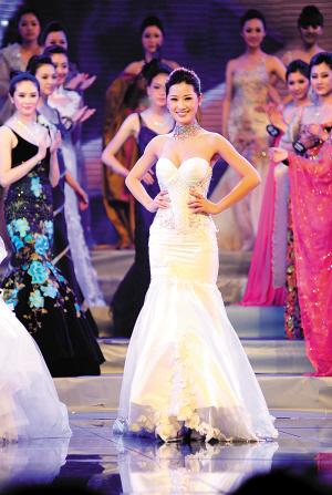 服装设计师yoland collection一席结合了民族与时尚