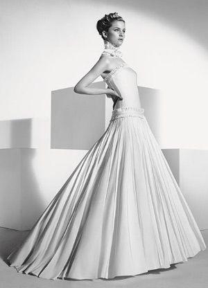 婚纱下摆的多层次感的褶皱-花朵般褶皱婚纱凸显新娘完美身材