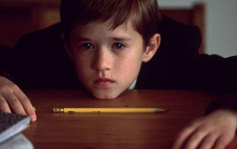 """1999年的恐怖电影《第六感》,曾经的童星海利·乔·奥斯蒙特(Haley Joel Osment)在剧中扮演能看到""""魔鬼""""的小男孩科尔"""