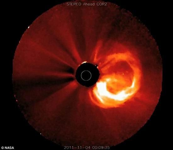 NASA在同一天观测到巨大太阳耀斑和日冕喷发