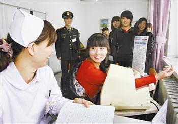 天津市/22日,天津市女兵体检拉开帷幕,体检项目与往年基本相同,但...
