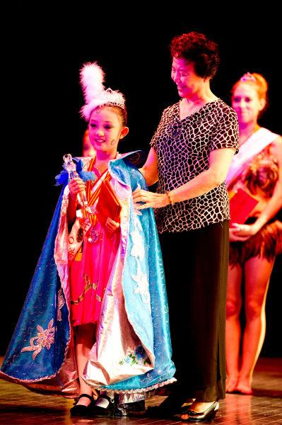 著名芭蕾舞蹈家石钟琴女士为人气公主获得者王嘉怡颁奖图片