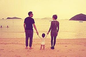 11月12日凌晨,孙俪微博秀出一家三口的海边背影照,为爱子等等庆祝一