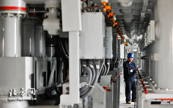 """近年来,随着本市经济建设的高速发展,该区域电力负荷急速增长,原有的供电负荷已不能满足其经济建设发展需求。新延吉道220千伏变电站的投产送电将有效缓解该区域用电紧张的局面,解决日益突出的电力供需矛盾,为该区域的居民负荷和经济建设提供强有力的电力保障。   新延吉道220千伏变电站总占地面积9450平方米,为系统枢纽变电站。该站按照无人值班""""五遥""""综合自动化系统设计建设,最终规模为建设24万千伏安主变压器4台,本期投产2台。(通讯员李津 甄昱 何铎)"""