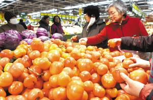 餐桌 储备 生活必需品 期间 元旦春节 供应 丰盈/▲市民在超市选购蔬菜。