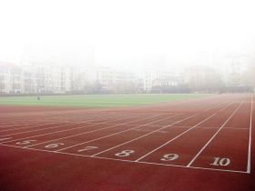 高三学生踢球摔倒一个月之后死亡 学校称不负