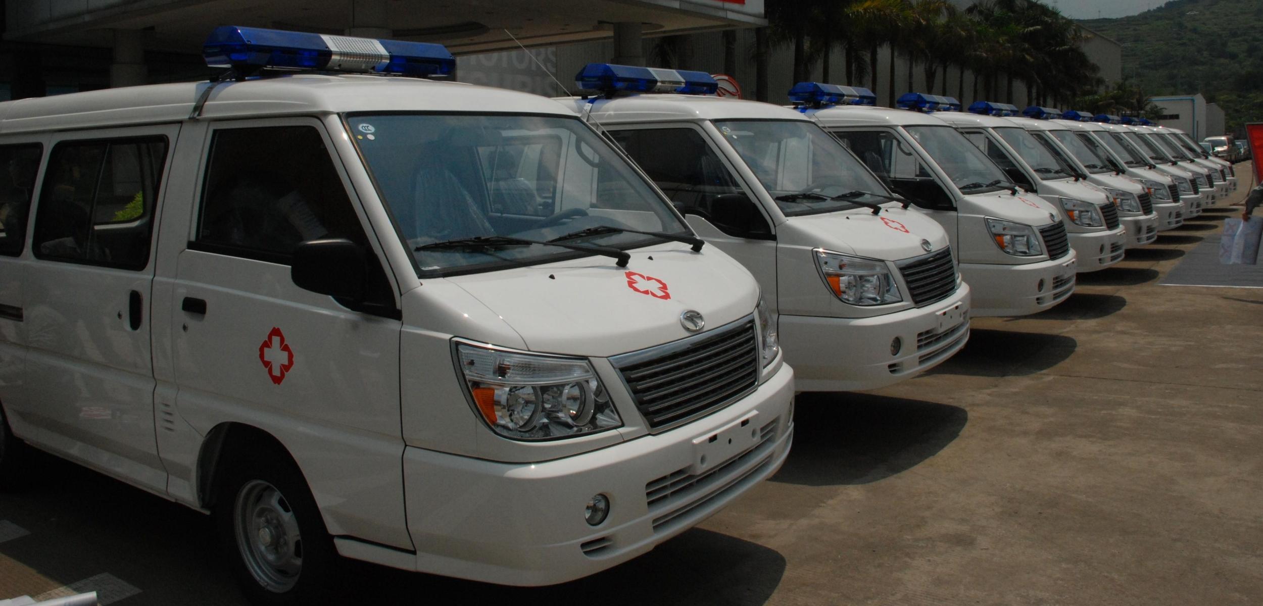 心系雅安 东南汽车向灾区捐赠救护车高清图片