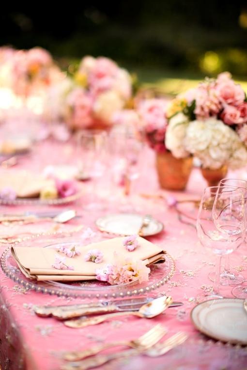 当前,追求个性化不再是件新鲜的事儿,但仍然可以很有趣。个性化婚礼不仅仅是在包装上印上你名字的首字母,而是需要在细枝末节处留下特有的标记或印迹,让这场婚礼成为你一生中最美好的回忆,让参加这场婚礼的宾客们永远记得你们的婚礼。爱结为你总结了几个有颇有创意的个性化方法,你完全可以将它们照搬到你的婚礼上!   为伴娘们准备别出心裁的花束   先从你的伴娘开始吧。从你们订婚起她们就一直是你的闺蜜、参谋,别让她们觉得自己是陪衬,请为她们准备一束别出心裁的花束吧,这也能让你的婚礼增添别样色彩。   在维多利亚女王时