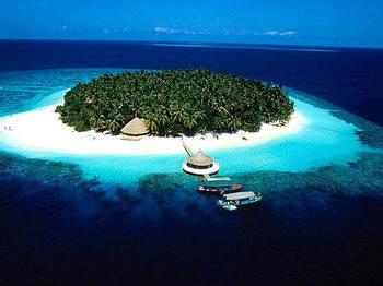 巴厘岛的万千岛屿,错落有致地躺在太平洋和印度洋深邃的怀抱里,闪光,发亮。像宝石。赤道似乎觉得这万颗星有些零碎,就把自己当绳索了,把它们串了起来,便成一串星星索,地球上就有了一个站立在亚洲和大洋洲交界处的万岛之国印度尼西亚(简称印尼)。   印尼大多数人口信奉伊斯兰教。而笃信巴厘印度教的巴厘人,愿意把生活中的许多时间花在祭祀善神恶鬼上,一日三餐在案台上供奉的,吃的喝的喝养眼的鲜花一样都不缺。所以导游说了,当地人喜欢妖魔鬼怪,装神弄鬼。   人在岛国:在巴厘岛,不少地方要进行海祭。最著名的是海神庙