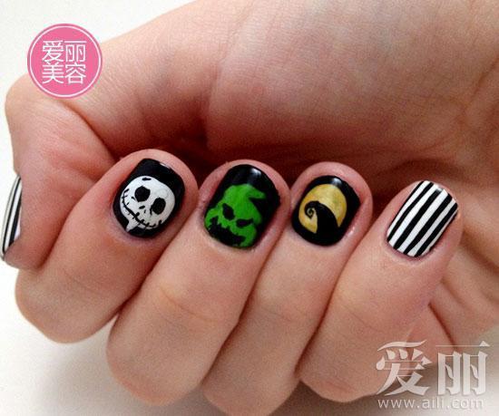指甲用玄色抛光,食指上用白色指甲油画骷髅笑脸.用绿色甲油高清图片