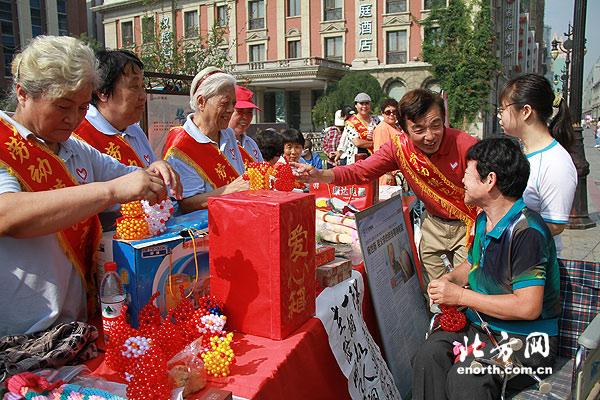 劳模志愿者金街募捐 挽救白血病患儿杨铭