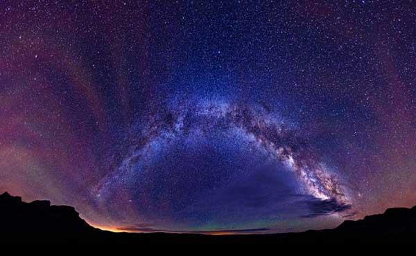 摄影师Matt Payne来自美国俄勒冈州波特兰,其从事夜空拍摄已有5年时间了。摄影师说,他喜欢呆在野外,并且总是会被天空中的世界所吸引。他透露,现代人大多数时间都是生活在城市中,所以他们会对他的作品感到十分震惊,因为他们从未亲眼见过这么多的星星。图为摄影师在科罗拉多州,阿斯彭附近的一个湖面上拍摄到的一套由20张照片构成的银河系全景图。