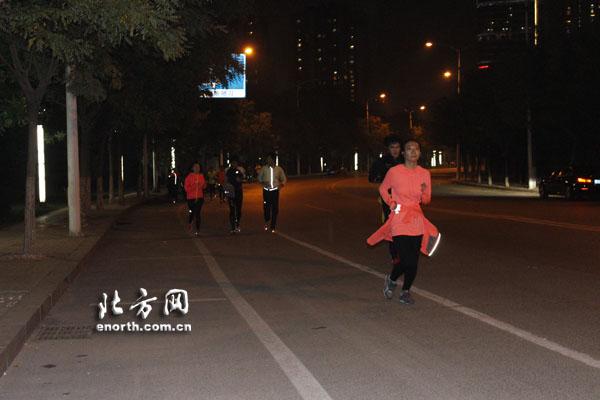 跑起来你能赢! 跟体育俱乐部夜跑族一起奔跑吧