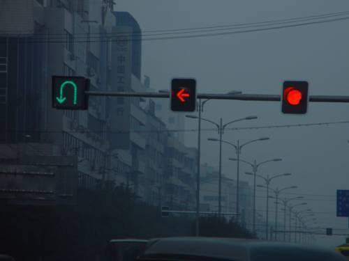 掉头认准这些标识 不受左转红绿灯约束