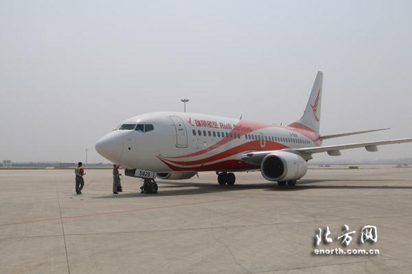 据悉,瑞丽航空是由云南景成集团独资组建的公共航空运输企业,于2014年5月18日正式首航。截至2015年4月,瑞丽航空共运营5架客机(其中4架波音737-700型飞机,一架波音737-800型飞机),并已联通昆明、芒市、成都、太原、南昌、南宁、北海、西安、呼和浩特、温州、武汉、桂林、济南、西双版纳、襄阳、天津等16个通航城市。瑞丽航空总经理马占炜告诉北方网新媒体记者,国家提出一带一路和京津冀一体化战略后,这条航线的开通是瑞丽航空西南、华中、华北贯通网络布局的一个重要实施。京津冀一体化后,天津作