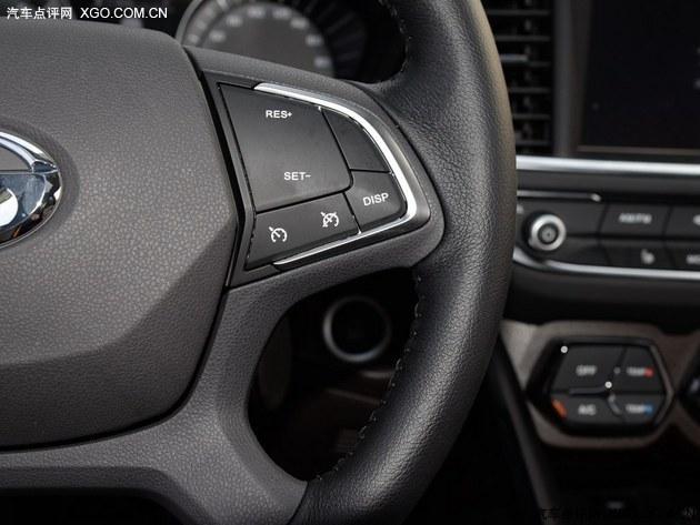 广汽传祺GS4购买指南    G-DCT配备的氙气大灯及大灯清洗   作为顶配车型的G-DCT尊贵型比G-DCT豪华型多了氙气大灯、感应大灯、大灯清洗、后视镜自动防眩目、感应雨刷、自动空调等,为了这些配置你是要付出1.0万元的代价的。相比手挡车型同样是增加了无钥匙启动功能,其他方面没有任何变化。   编辑总结:   广汽传祺GS4的低配车型是可以满足家庭的入场需求的,如果说您的资金有限的话,它不妨是您的选择,如果您不差钱什么都想要最好的话那您可以直接选择全系的顶配车型,它一定可以满足您的所有要求,作