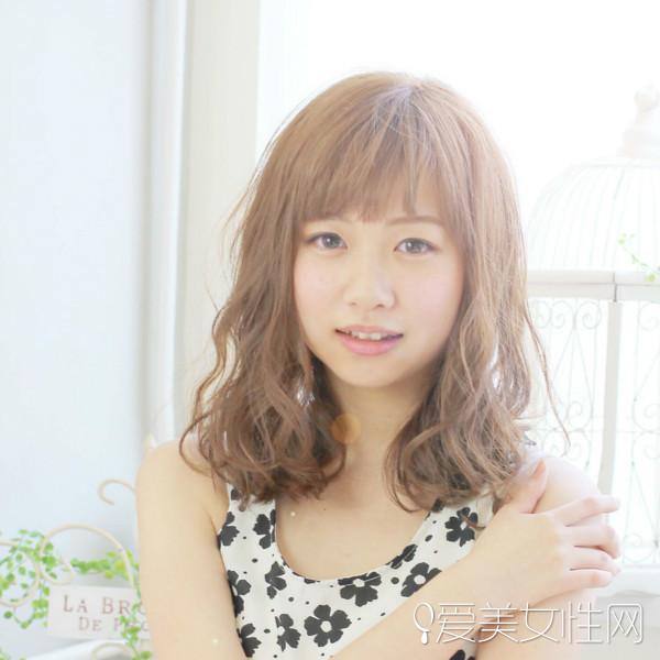 这款可爱优雅的齐刘海直发内扣齐肩披肩发型