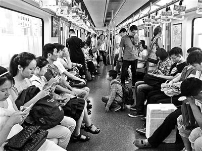 """""""暑假乞丐""""现身北京地铁儿童带着作业来乞讨"""