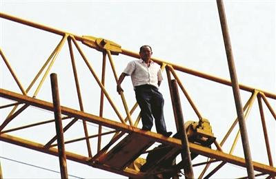 塔吊上的情形十分危险