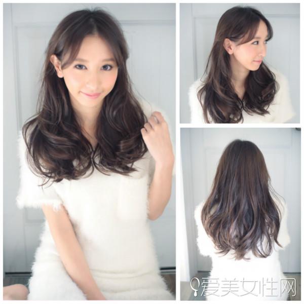 时尚的长头发荷叶头发型的设计,特别的中分短刘海与发尾的内扣形成
