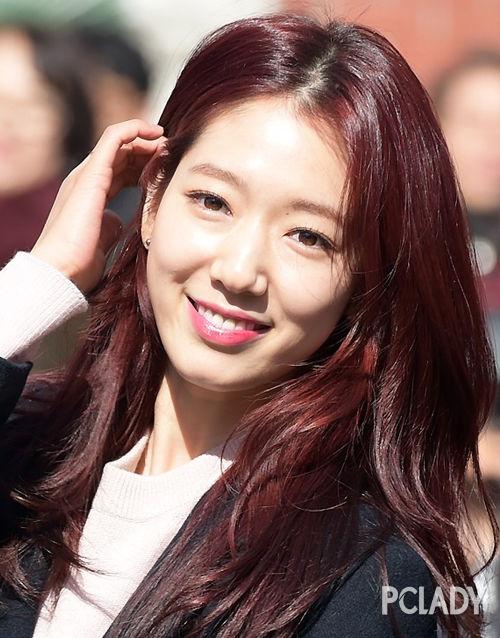 大学读8年怕什么 看酒红长发的朴信惠美翻天