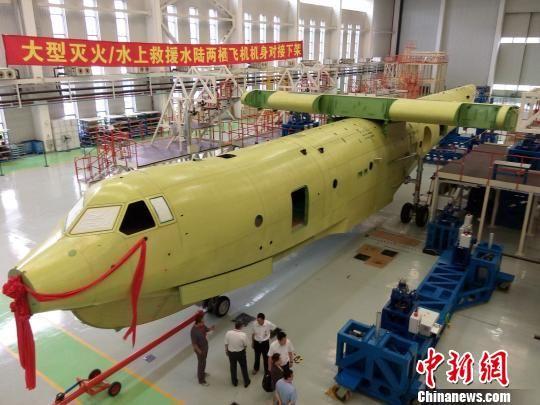 全国政协委员、中航工业副总工程师、大飞机总设计师唐长红院士4日透露,我国自主研制、当今世界上在研的最大一款水陆两栖飞机AG600(蛟龙)取得重大进展,今年将完成总装并实现首飞。   AG600是我国自主研制的三个大飞机之一,最大起飞重量为53.5吨,机体总长36.9米,翼展38.